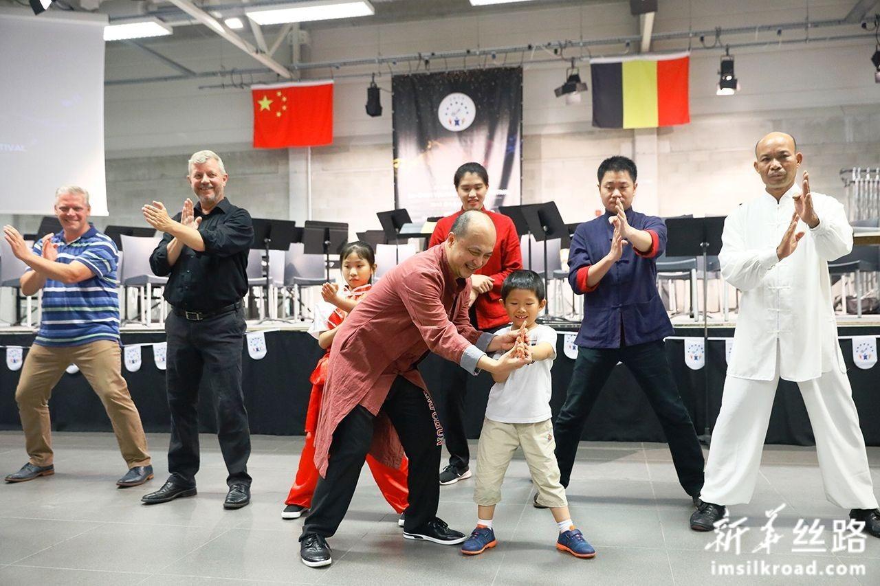 7月27日,在比利时赞德霍芬,广东佛山精武会的师傅带观众体验咏春拳。潘革平