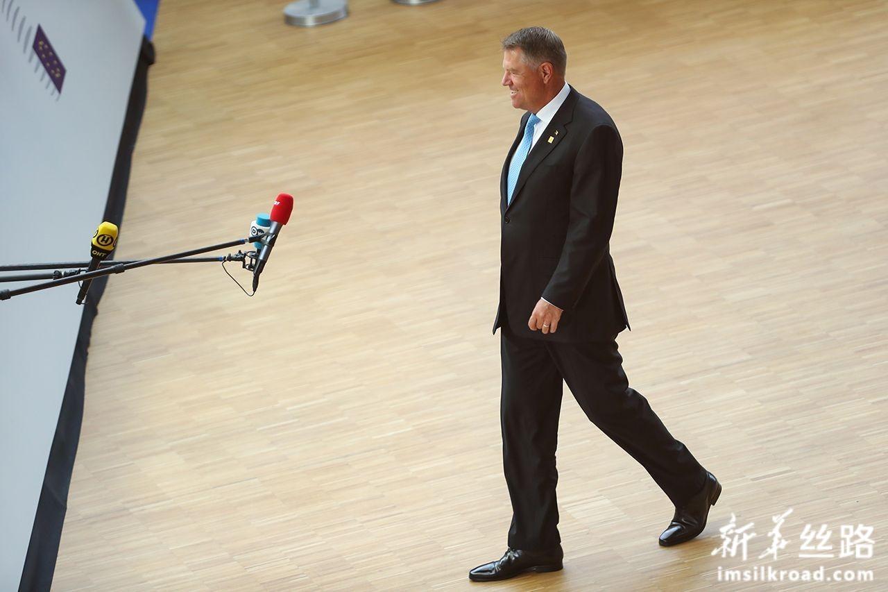 6月30日,在位于比利时布鲁塞尔的欧盟总部,罗马尼亚总统约翰尼斯准备出席欧盟峰会。新华社记者张铖摄