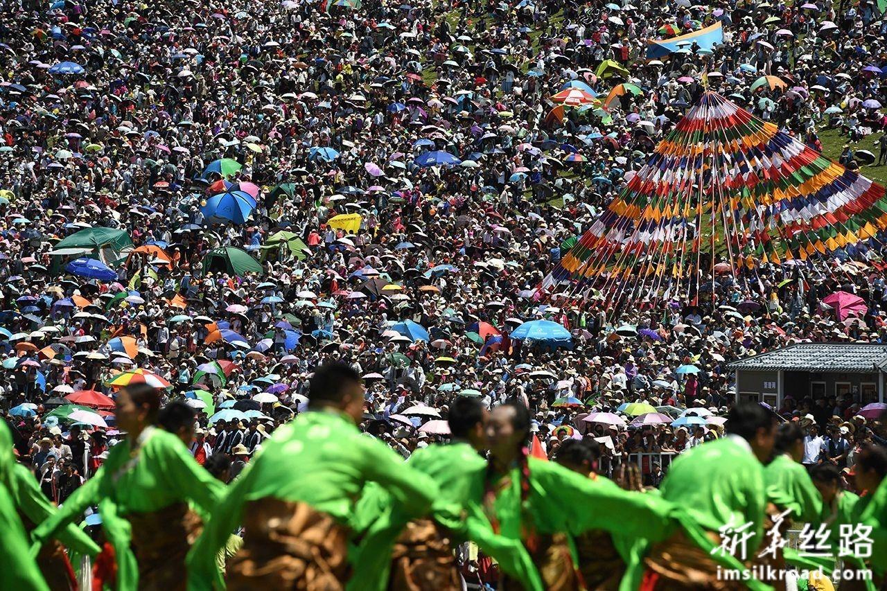 7月30日,当地群众观看开幕式文艺演出。新华社发(马希平 摄)