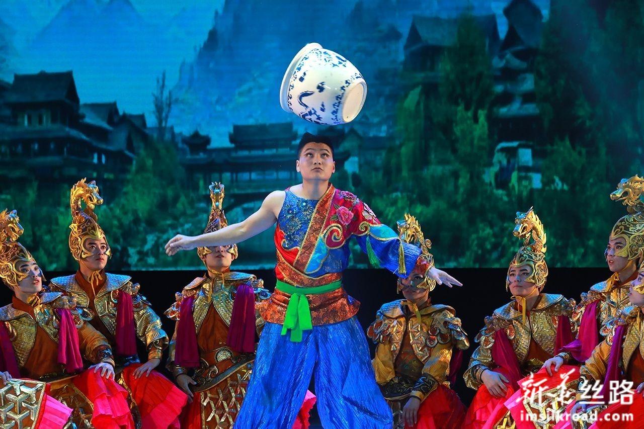 7月13日,在白俄罗斯维捷布斯克,演员在杂技剧《丝路彩虹》中表演坛技。新华社发(任科夫摄)