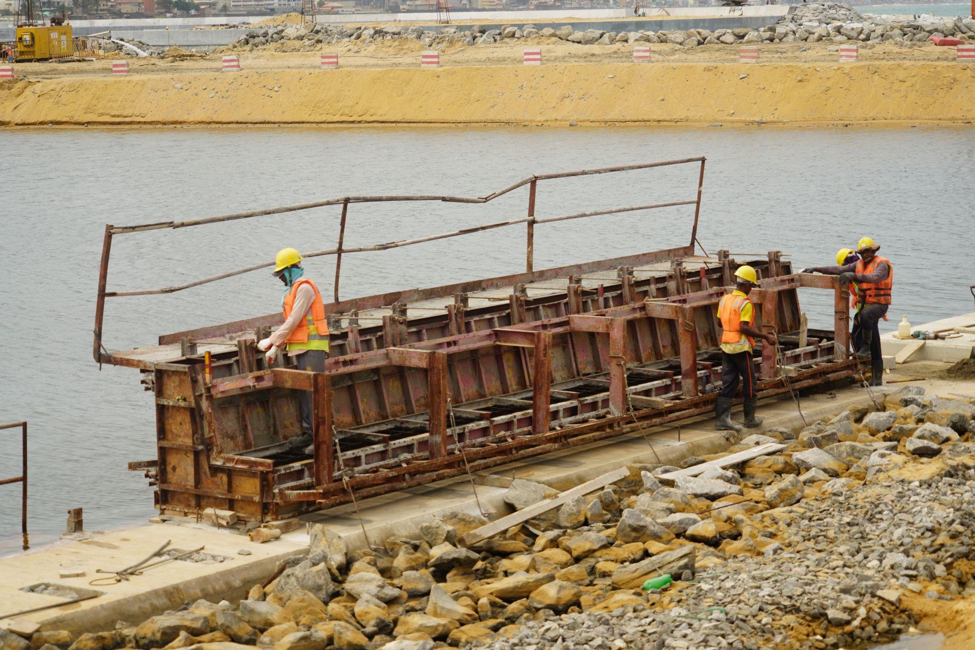 7月22日,科伦坡港口城景观水道区域——工人正在准备安全护栏的安装。新华社记者 唐璐摄