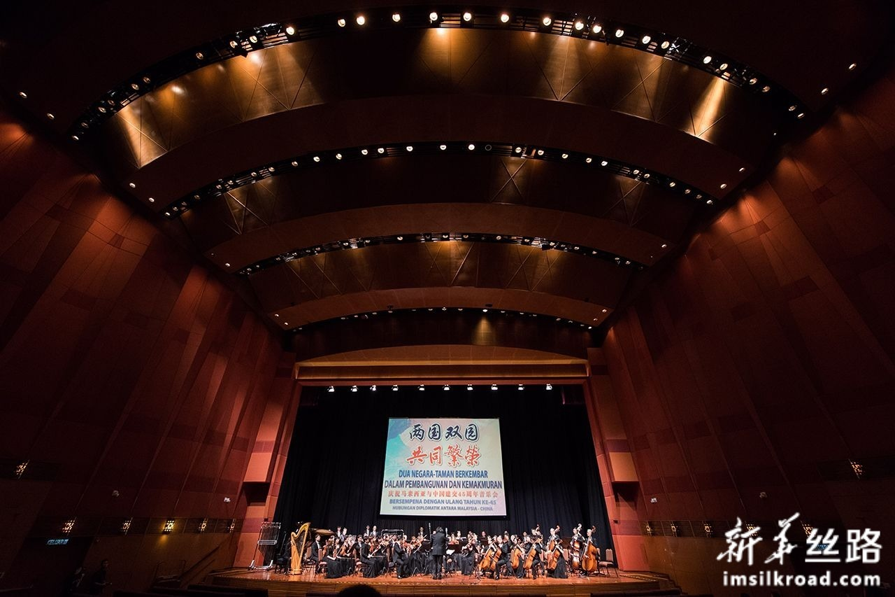 7月16日,在马来西亚吉隆坡,音乐家在庆祝马中建交45周年音乐会上表演。新华社记者 朱炜 摄
