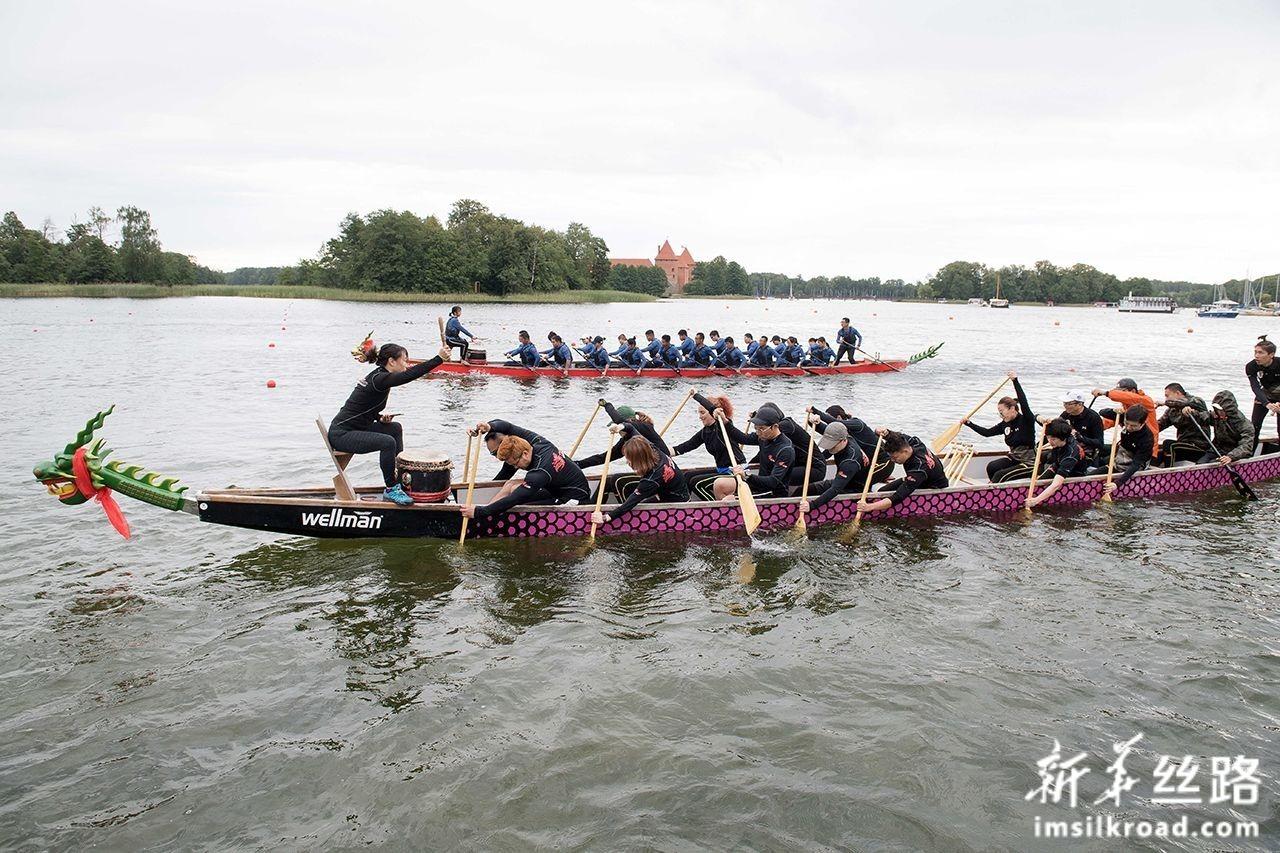 """7月13日,在立陶宛特拉凯,人们在""""一带一路""""国际龙舟节上参加龙舟比赛。新华社发(阿尔弗雷达斯·普里亚迪斯摄)"""