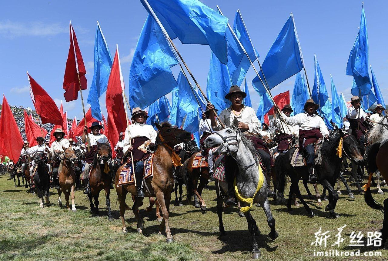 7月30日,当地群众在开幕式文艺演出开始前进行马队表演。新华社发(马希平 摄)