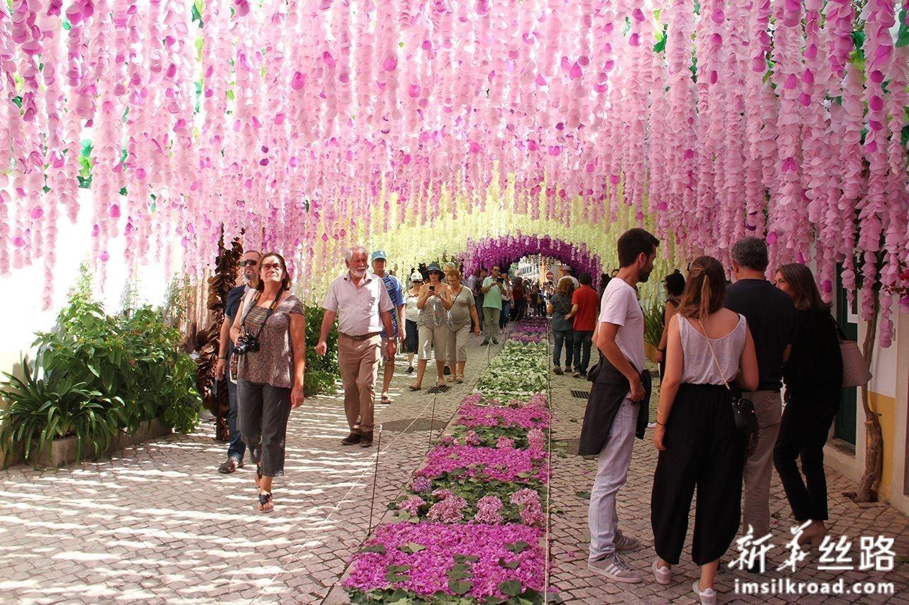 7月6日,在葡萄牙托马尔市,人们参加托盘节庆祝活动。新华社记者 温新年 摄
