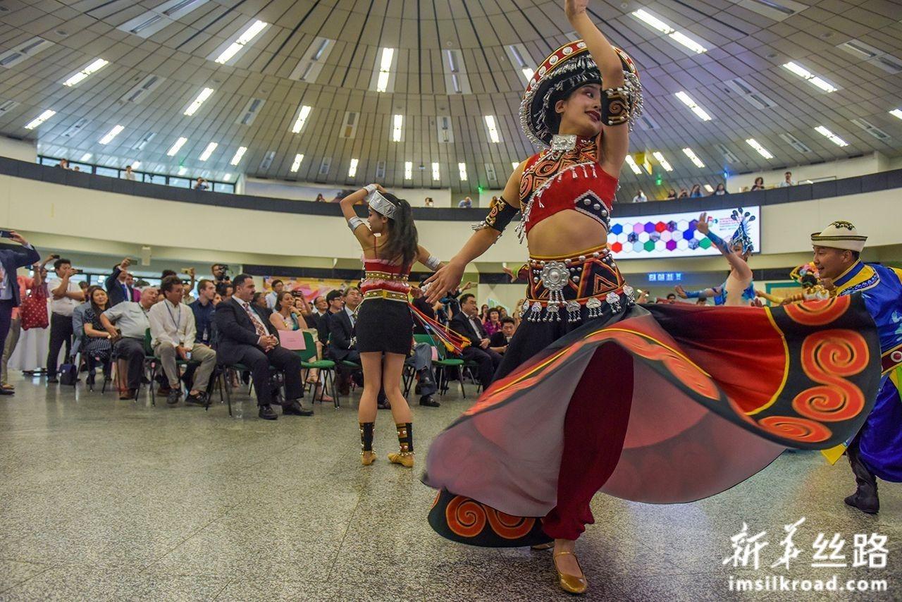 """7月2日,在联合国维也纳办事处,人们在""""丝绸之路中国非物质文化遗产和民族地区扶贫成果展""""上表演。新华社记者 郭晨 摄"""