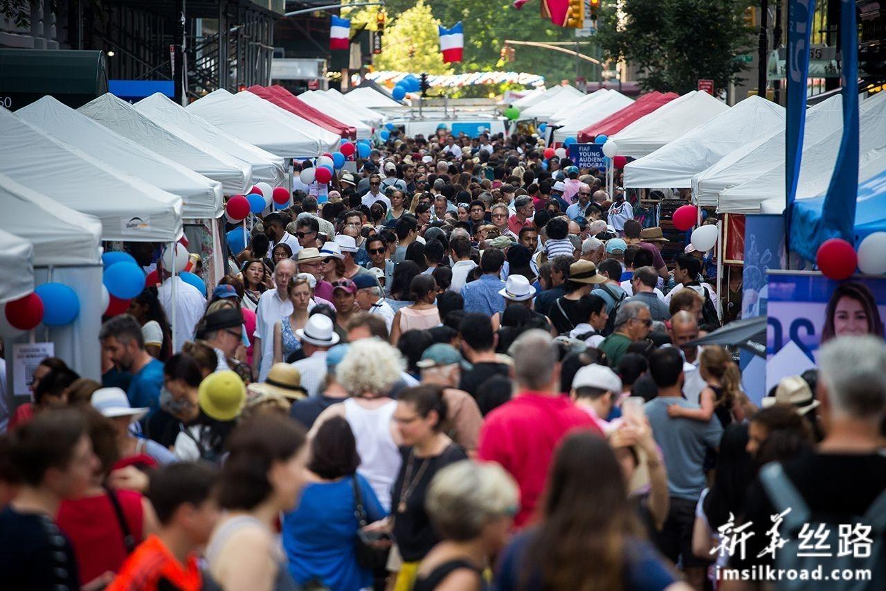 """7月14日,在美国纽约,人们参加""""巴士底日""""庆祝活动。新华社发(郭克摄)"""