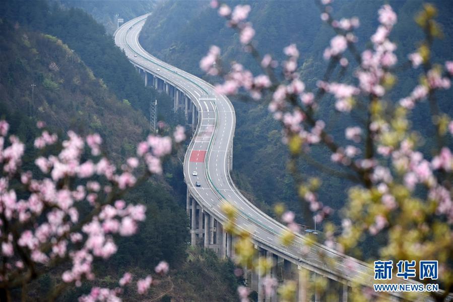 贵州思剑高速公路剑河县岑松镇段景色(3月23日摄)。新华社记者 杨文斌 摄