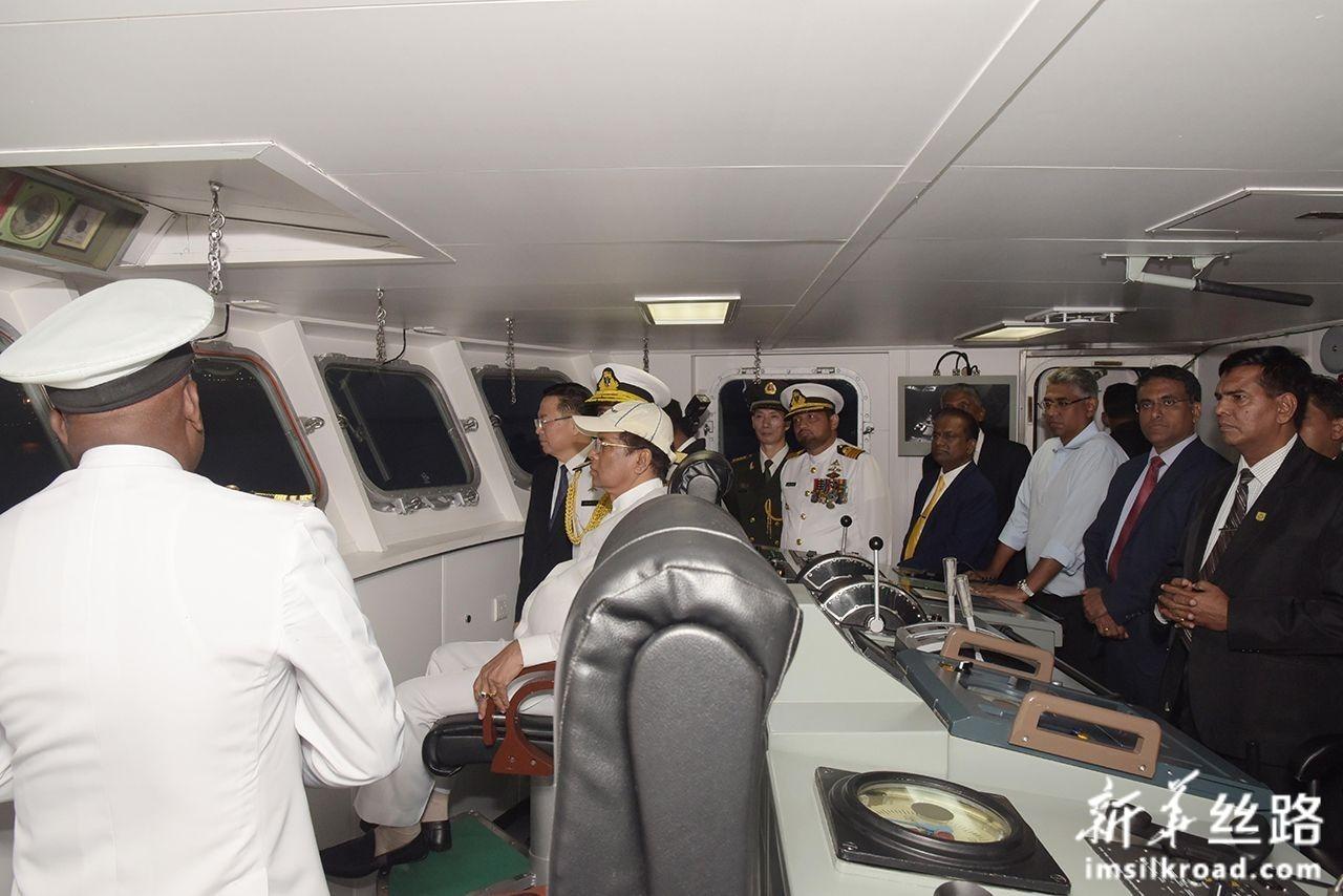 8月22日,在斯里兰卡科伦坡,斯里兰卡总统西里塞纳等视察斯里兰卡海军P625舰。新华社发