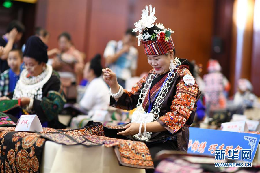 8月14日,参赛绣娘在比赛现场刺绣。新华社记者 杨文斌 摄