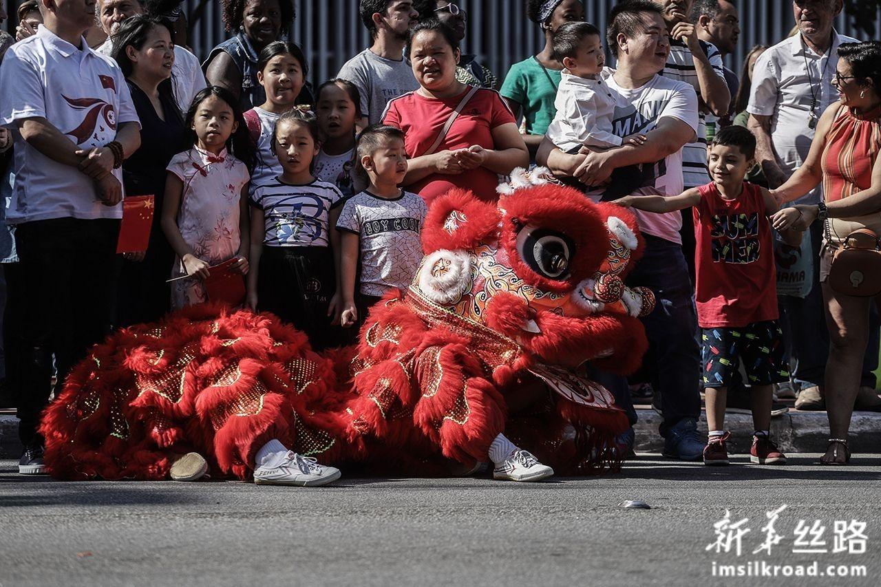 8月11日,人们在巴西圣保罗市保利斯塔大街观看舞狮表演。新华社发(拉赫尔·帕特拉索摄)