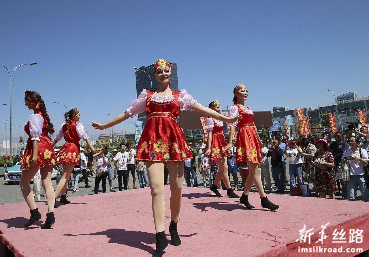 在中哈霍尔果斯国际边境合作中心的金雕中央广场,来自俄罗斯的演员为游客表演节目(8月11日摄)。新华社记者 李鹏 摄