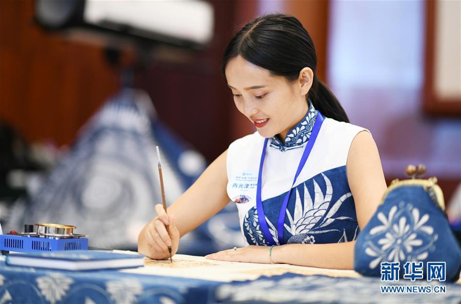 """8月14日,参赛染娘在比赛制作""""枫香染""""。新华社记者 杨文斌 摄"""