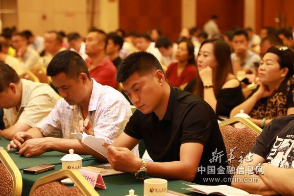 参会企业家认真了解毕节市投资政策(陈泽劲   摄)