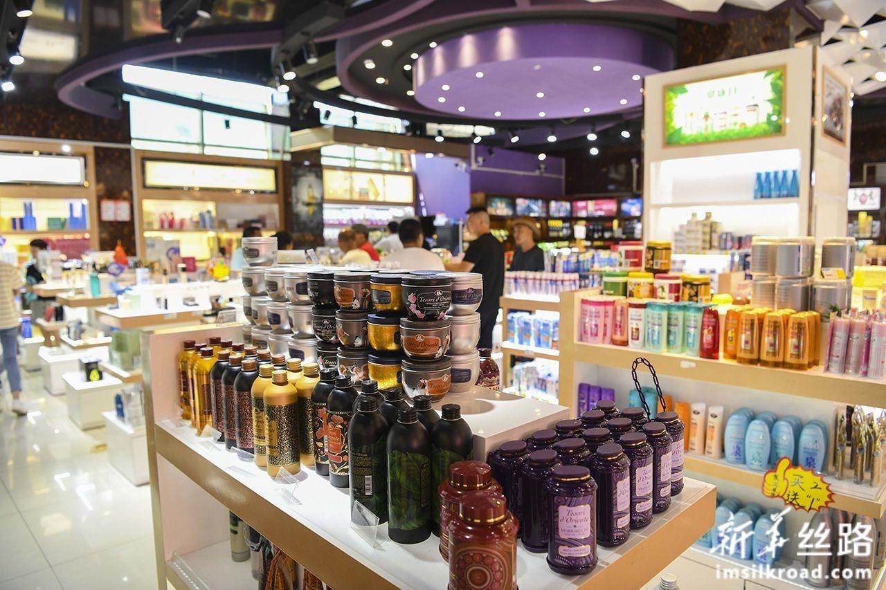 游客在中哈霍尔果斯国际边境合作中心的一家免税店内购物(8月11日摄)。新华社记者 胡虎虎 摄