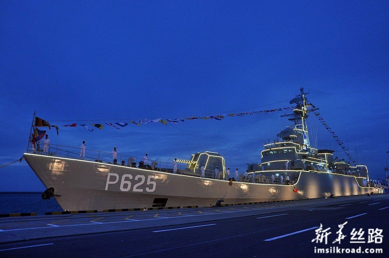 8月22日,在斯里兰卡科伦坡,新入列斯里兰卡海军的P625舰亮起灯光。新华社发