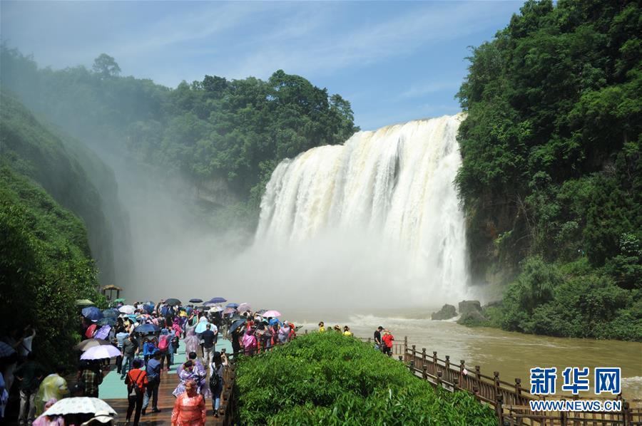 游客在贵州安顺市黄果树瀑布景区游览(2018年6月5日摄)。新华社记者 杨文斌 摄