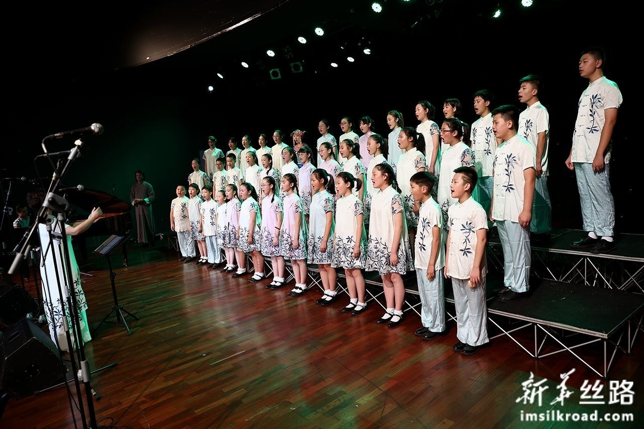 8月6日,在波黑首都萨拉热窝,中国无锡市少年宫合唱团成员在演唱。新华社发(内迪姆·格拉博维察 摄)