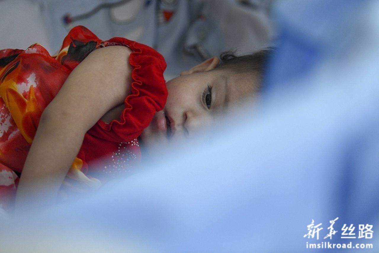 7月31日,在新疆维吾尔自治区人民医院病房里,一位来自阿富汗的先心病患儿躺在病床上休息。新华社记者 赵戈 摄