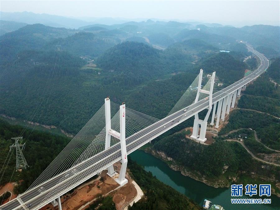 这是兰海高速贵遵复线扩容工程楠木渡乌江特大桥(2018年10月6日无人机拍摄)。新华社记者 杨文斌 摄