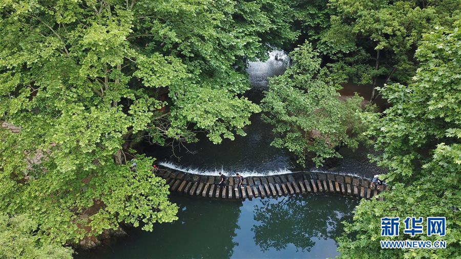游客在贵阳市阿哈湖国家湿地公园内游玩(5月27日无人机拍摄)。新华社记者 欧东衢 摄