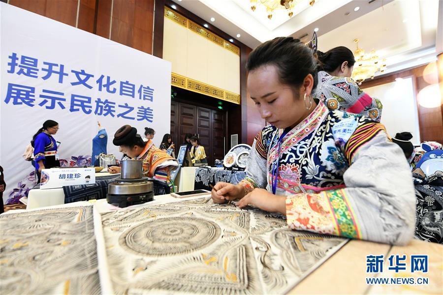 8月14日,参赛染娘在比赛现场制作蜡染。新华社记者 杨文斌 摄