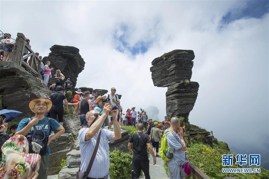 游客在贵州铜仁梵净山游玩(2017年8月7日摄)。新华社发(姚磊 摄)