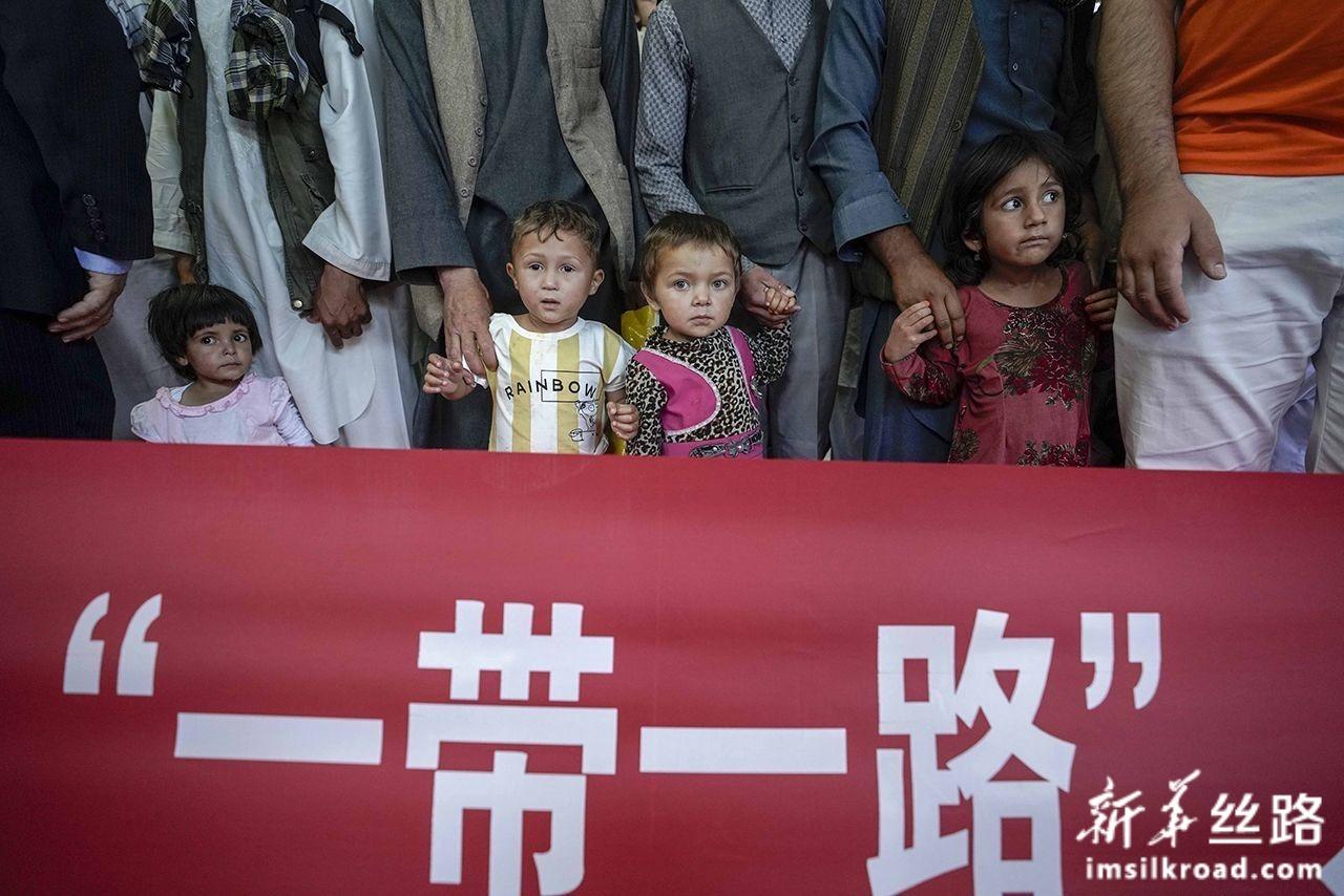 7月31日,在乌鲁木齐地窝堡国际机场,几名等待治疗的阿富汗先心病患儿依偎在家人身旁。新华社记者 赵戈 摄