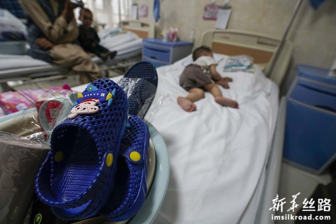 7月31日,在新疆维吾尔自治区人民医院病房里,一位来自阿富汗的先心病患儿已经熟睡。一旁是有关部门为其准备的拖鞋、衣服等物品。新华社记者 赵戈 摄