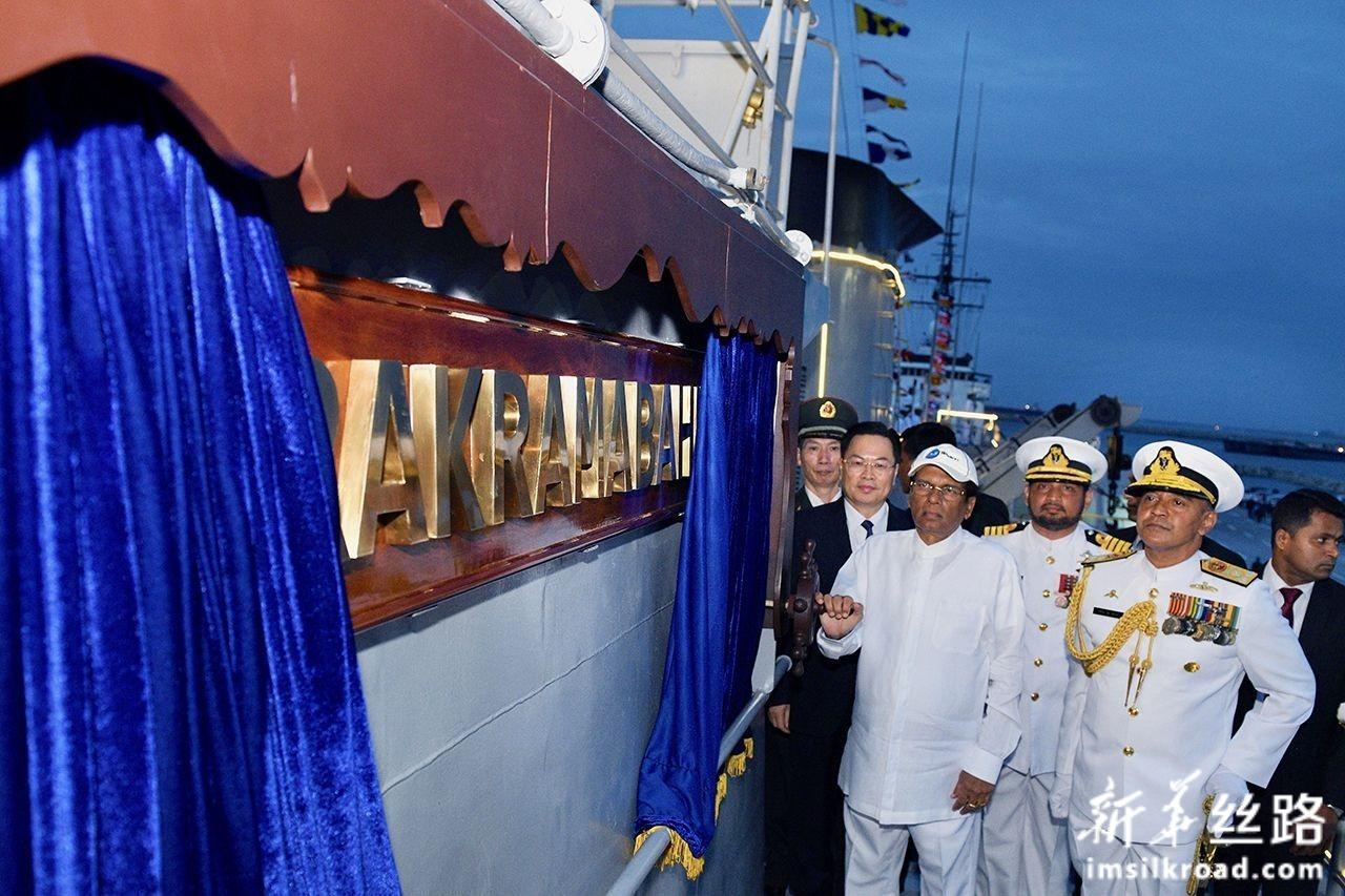 8月22日,在斯里兰卡科伦坡,斯里兰卡总统西里塞纳(前左)等视察斯里兰卡海军P625舰。新华社发