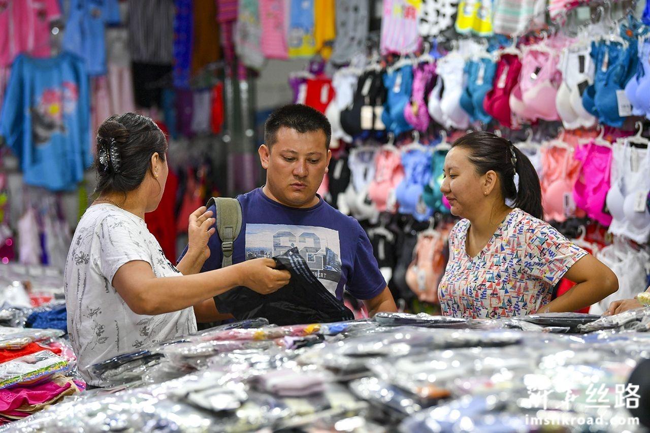 游客在中哈霍尔果斯国际边境合作中心的一处商场购买衣服(8月11日摄)。新华社记者 胡虎虎 摄