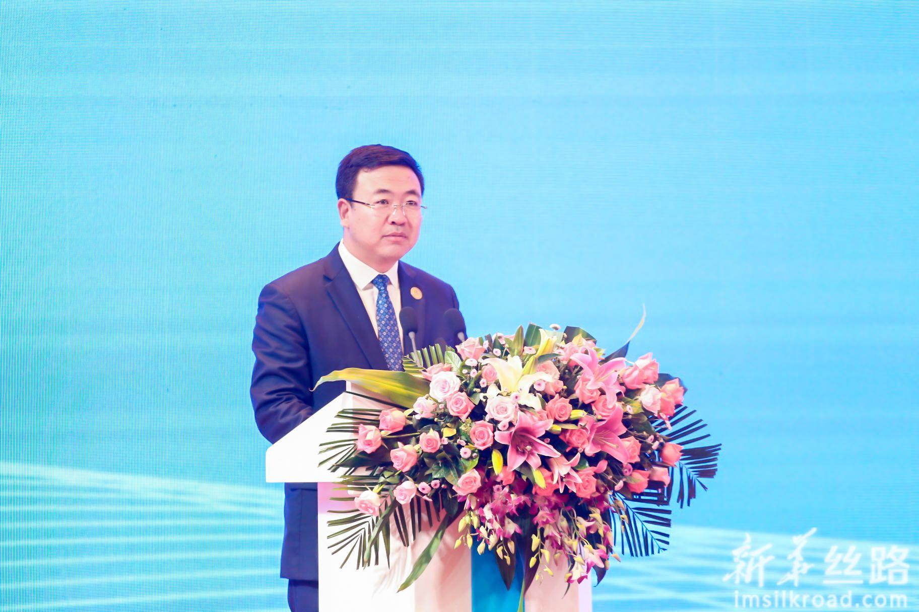 宁夏回族自治区人民政府办公厅副主任范锐君主持峰会。
