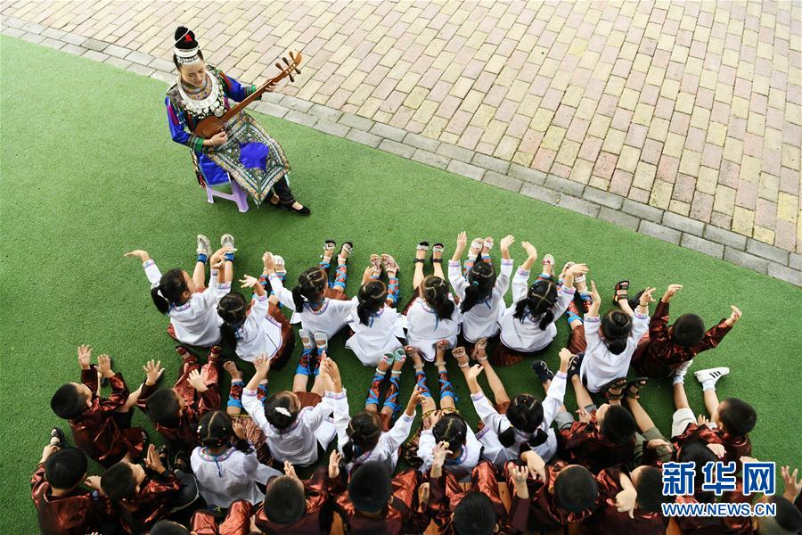 9月18日,贵州省榕江县古州镇中心幼儿园的老师教孩子们唱侗族琵琶歌。新华社记者 杨文斌 摄