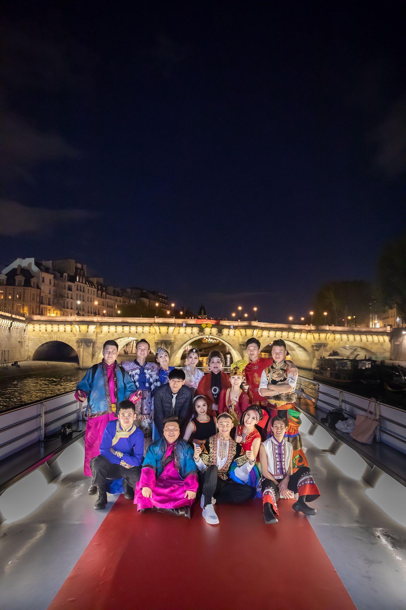 嘉宾们纷纷登上甲板,挥舞着中法两国国旗,齐声高唱《我爱你中国》、《我和我的祖国》(摄影:周义)