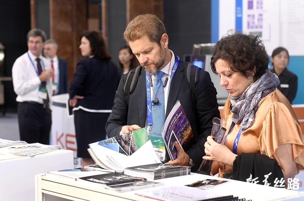 9月11日,参会嘉宾在展厅参观。新华社记者 卢汉欣 摄