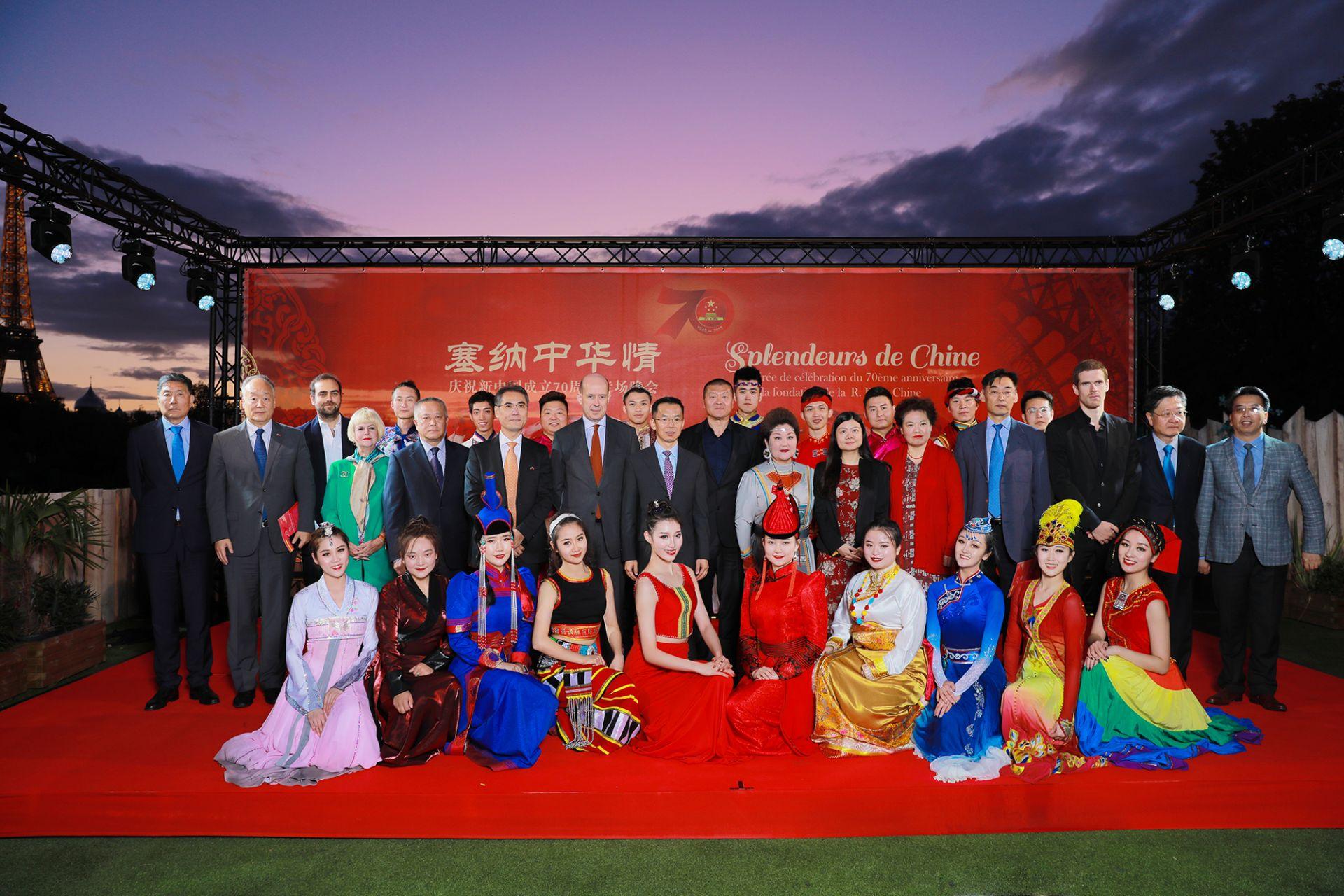 当晚主要嘉宾同中央民族大学民族艺术团演员合影留念(摄影:周义)