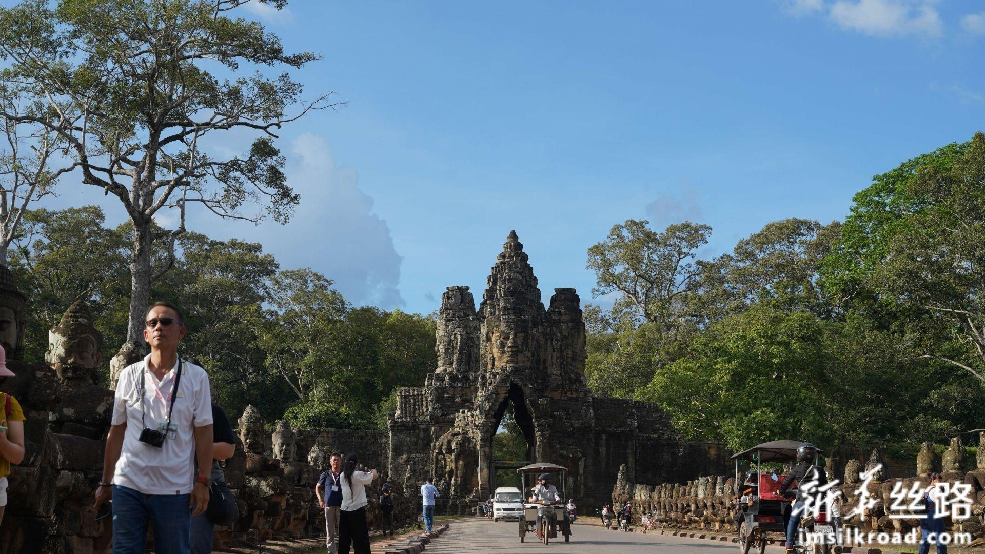 图为9月16日,在柬埔寨暹粒吴哥古迹中拍摄的吴哥通王城的城门。新华社发(李玉辉摄)
