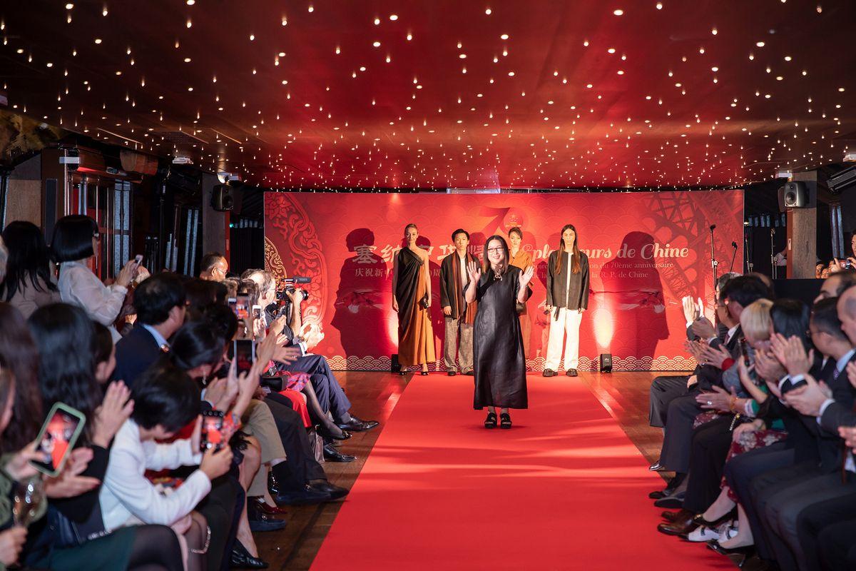 """天意""""莨绸带来数组现代服饰,展现中华服饰文化的传承与创新(摄影:周义)"""