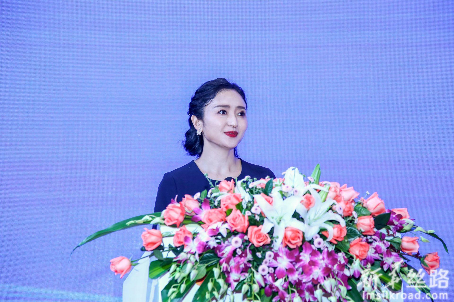 新华社中国经济信息社任玮玮介绍出席本次活动的领导和嘉宾。