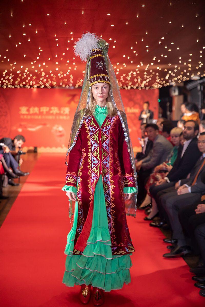 """动起来""""的中国各民族传统服饰,绚丽多彩,韵味独特,惊艳四座(摄影:周义)"""