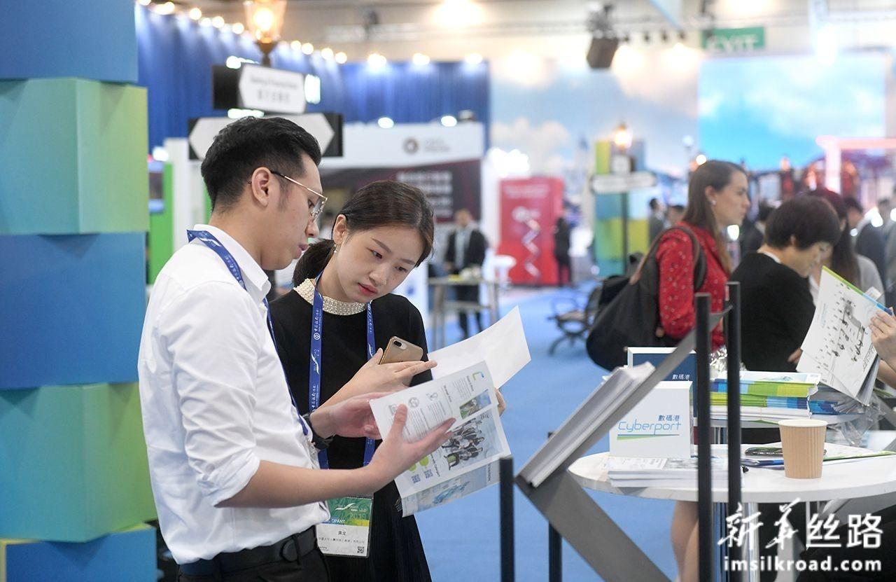 9月11日,参会嘉宾在进行洽谈交流。新华社记者 卢汉欣 摄