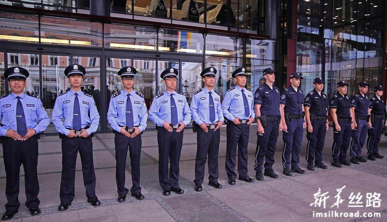 9月18日,在塞尔维亚首都贝尔格莱德,中塞两国警察参加启动仪式。新华社发(内马尼亚·恰布里奇摄)