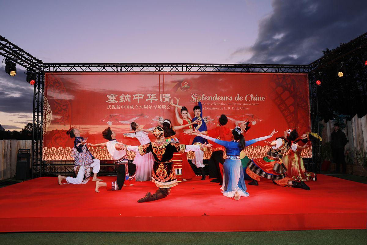 """中央民族大学民族艺术团""""锦绣中华""""特别演出精彩绝伦,深深吸引了在场的所有观众(摄影:周义)"""