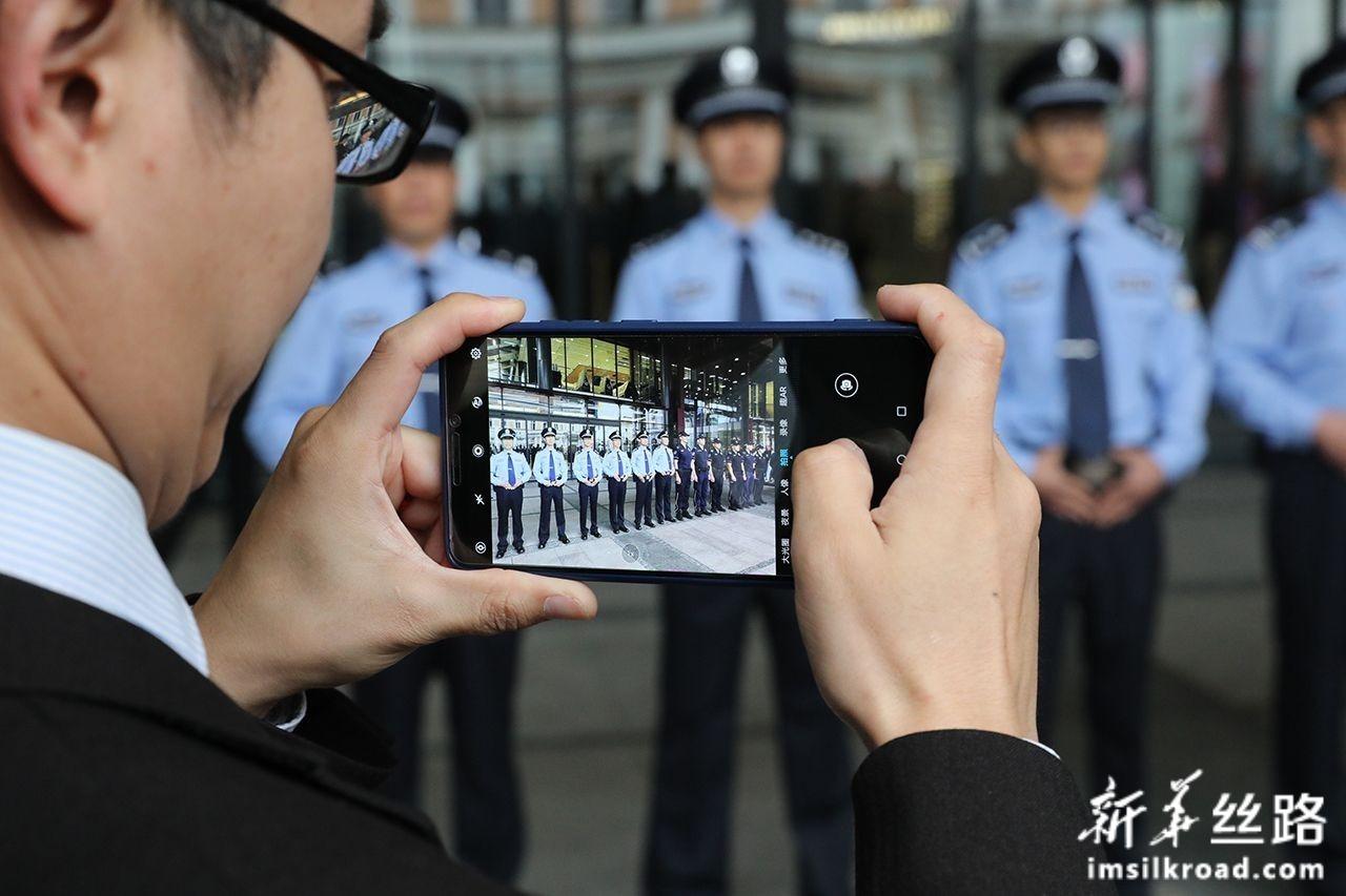 9月18日,在塞尔维亚首都贝尔格莱德,一名观众在启动仪式上为中塞两国警察拍照。新华社发(内马尼亚·恰布里奇摄)