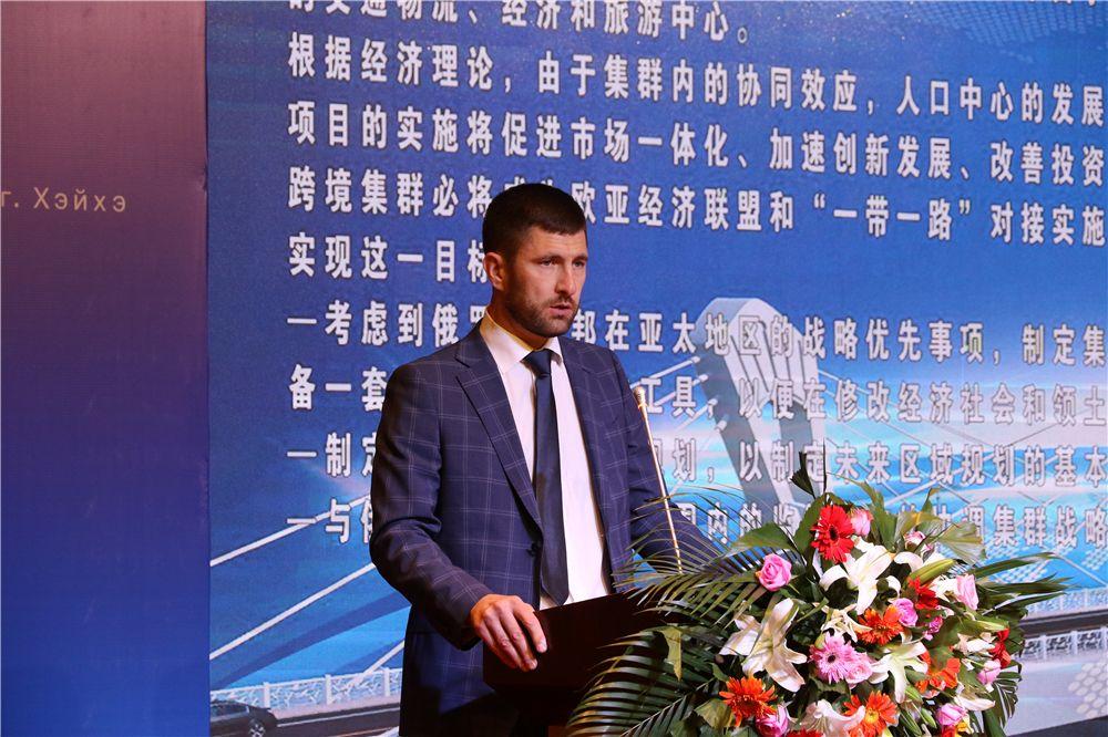 图为,俄罗斯阿穆尔州布市副市长诺任金在中国最北自贸区论坛上致辞。