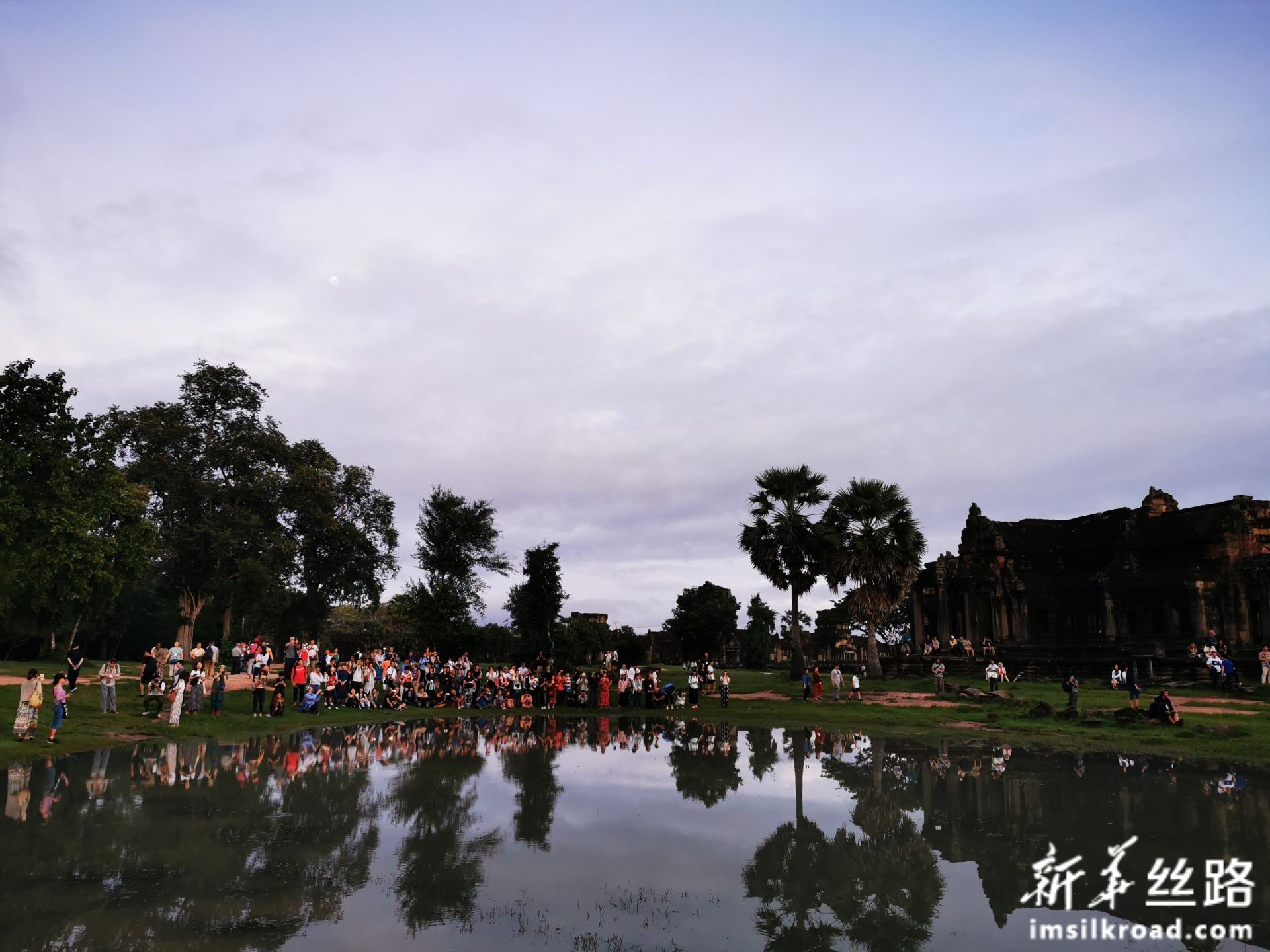 """图为9月16日,在柬埔寨暹粒吴哥古迹,游客清晨在拍摄吴哥寺(又称""""吴哥窟""""或""""小吴哥"""")日出。                                                                                                                                   新华社记者毛鹏飞摄"""