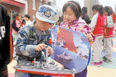 10月25日,银川市实验小学阅海第二校区第五届校园手工科技作品节开幕,402名同学制作了1000余件作品,在活动中感受到了科学的乐趣。