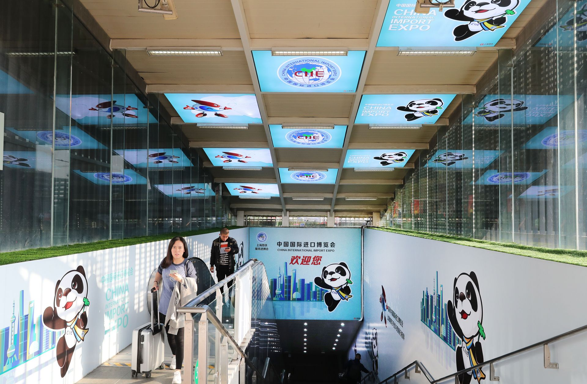 位于国家会展中心(上海)的地铁站出入口装饰着进博会元素(10月21日摄)。    当日,第二届中国国际进口博览会国家展参展国名单公布。据悉,国家展总面积3万平方米(建筑面积),将有来自世界各地60余个国家和3个国际组织搭建展台,展示贸易投资领域的发展状况和成就。目前,进博会场馆装饰施工工作正在进行,国家会展中心(上海)将以全新面貌迎接各国嘉宾的到来。    新华社记者 方喆 摄