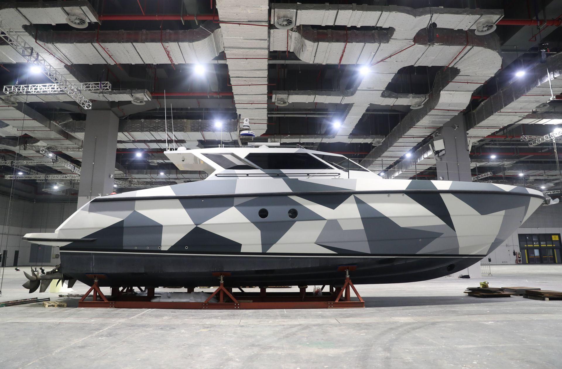 10月25日在国家会展中心(上海)拍摄的法拉帝195型高速巡逻船。    眼下,第二届中国国际进口博览会布展工作正在紧锣密鼓地进行。10月25日,记者来到国家会展中心(上海),近距离了解第二届进博会的首件进馆展品——来自意大利的法拉帝195型高速巡逻船。这艘全长20米、重约37吨的公务船大量采用碳纤维和钛金属等新型材料,首次来到亚洲参展。    新华社记者 丁汀 摄