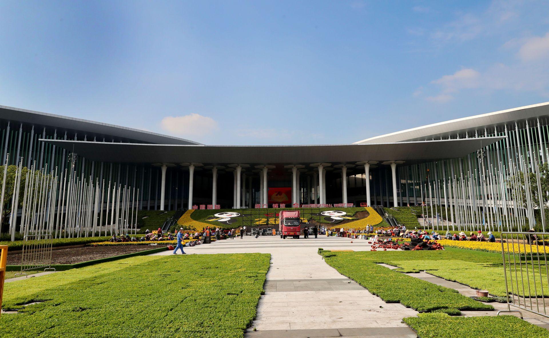 10月21日,国家会展中心(上海)南广场进博会鲜花装饰工程效果初现。 新华社记者 方喆 摄